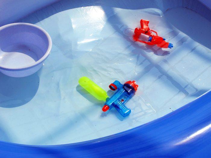 子供用プールで遊ぶ
