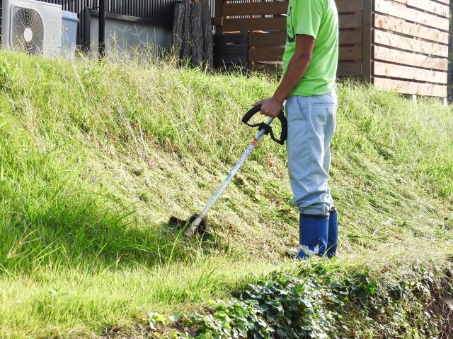 斜面での草刈り作業