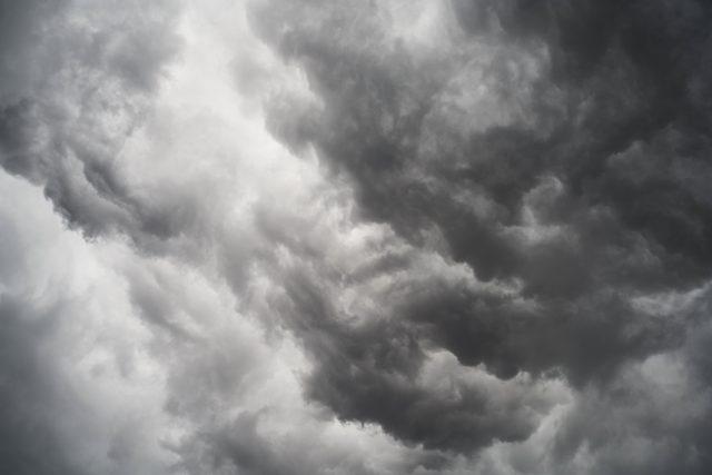 不安な雲行き