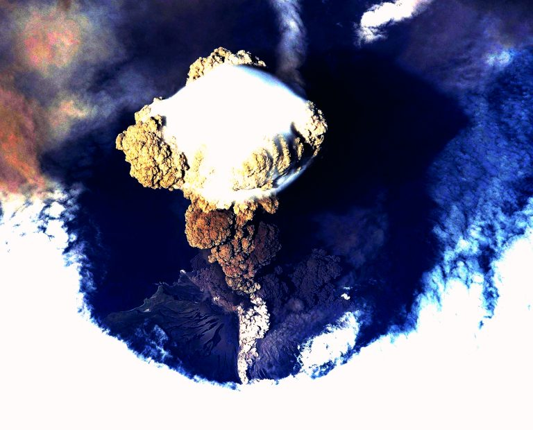 カムチャッカ半島噴火噴煙