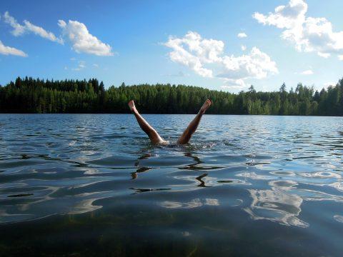 水に飛び込んで避難