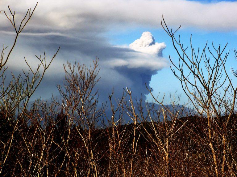新燃岳噴火が続く